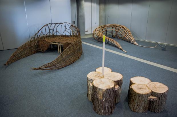 Trzy z sześciu konkursowych projektów plażowej ławeczki.
