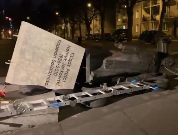 """Mężczyźni, którzy przewrócili pomnik, ustawili wcześniej opony, aby nie zniszczyć samej rzeźby. Mimo to prokuratura uważa, że dopuścili się """"czynu chuligańskiego""""."""