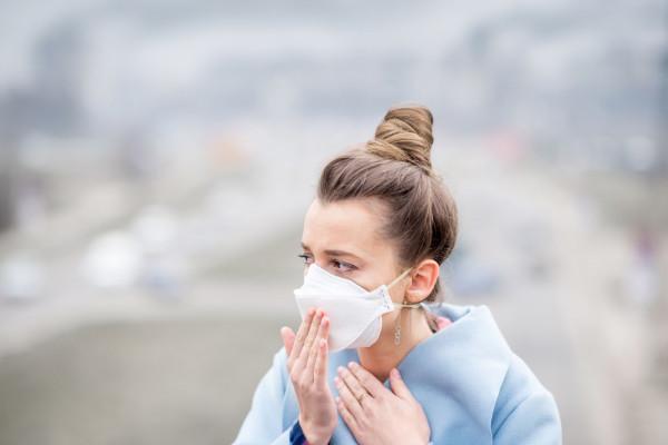 Noszenie maseczki pomaga ochronić nas przez zakażeniem, powinniśmy jednak pamiętać, że po długotrwałym używaniu maski konieczna jest odpowiednia pielęgnacja.