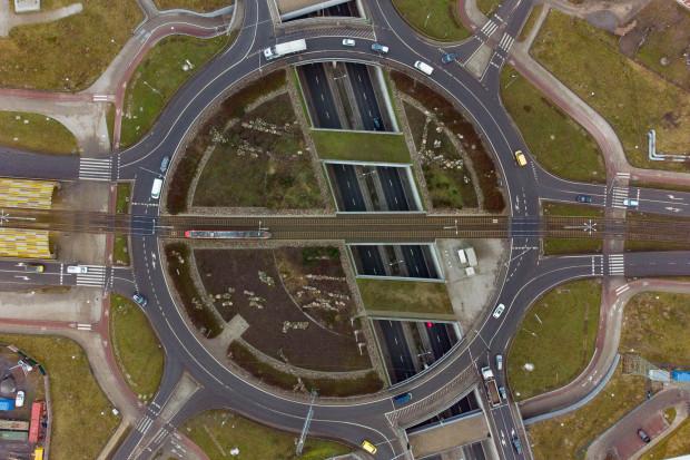 Z trzypoziomowego ronda korzystają kierowcy, piesi, rowerzyści i pasażerowie komunikacji miejskiej.