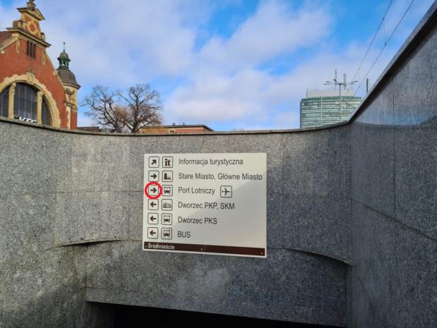Nowa tablica z błędnym kierunkiem przystanków, z których odjeżdżają autobusy na lotnisko. Strzałka powinna wskazywać w lewą stronę - w kierunku Dworca Głównego, spod którego kursuje linia 210.