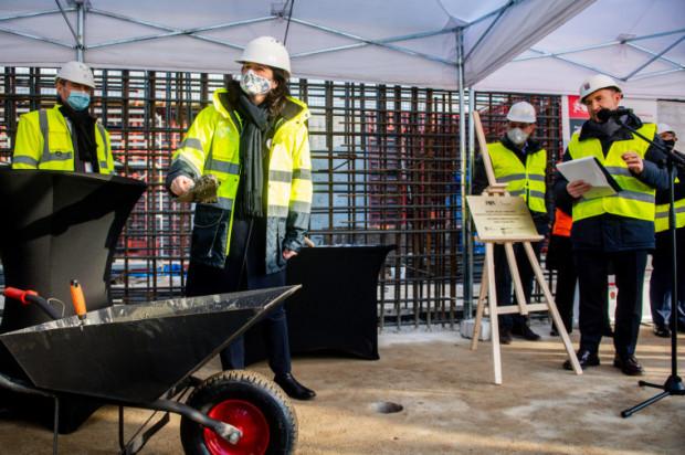 Prezydent Gdańska podczas wmurowania kamienia węgielnego pod budowę spalarni na Szadółkach. Tę inwestycję wspiera rząd.