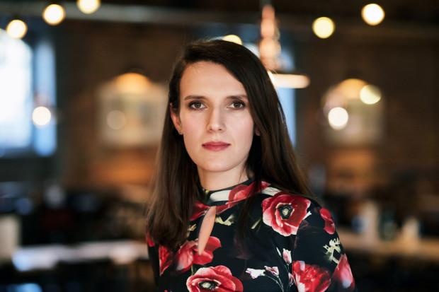 Dr Katarzyna Nosek-Komorowska jest psychologiem, psychoterapeutą, a od 9 lat także seksuologiem klinicznym. W tym czasie pełniła stanowisko kierownika oddziału terapeutycznego dla sprawców przestępstw seksualnych, a także funkcję biegłego sądowego z zakresu psychologii i seksuologii. Od 9 lat przyjmuje pacjentów w swoim gabinecie i wykłada seksuologię na uczelni wyższej.