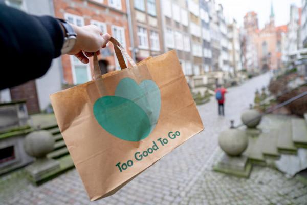 Too Good To Go to wywodząca się z Danii aplikacja, dzięki której niesprzedana danego dnia żywność, zamiast lądować w koszu, staje się posiłkiem-niespodzianką.