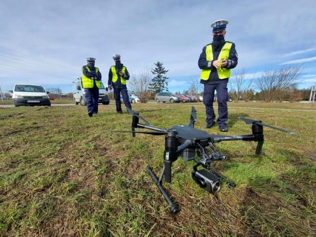 Dron, z którego korzystają pomorscy policjanci.