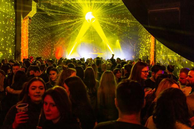 Wiele osób wyczekuje otwarcia klubów i z wytęsknieniem wspomina czasy, kiedy imprezy nieodzownie połączone były z wizytą w jednym z nich.