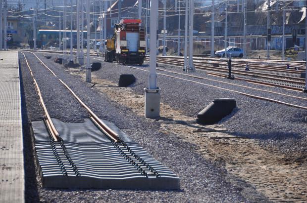 Obecnie pociągi - tylko w trakcie imprez na stadionie - dojeżdżają tylko do przystanku Stadion Amber Expo. Obecnie linia jest modernizowana, ale kolejarze deklarują, że zdążą zakończyć prace przed majowym finałem Ligi Europy i czerwcowym koncertem Dawida Podsiadło.