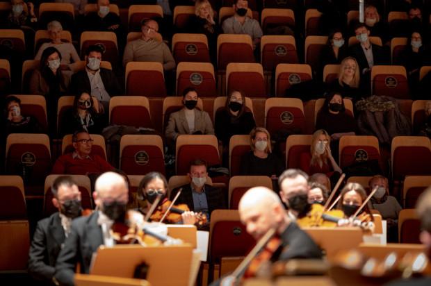 Kina, teatry, filharmonie i opery, od 12 lutego br. mogą ugościć u siebie na widowni do 50 proc. widzów i słuchaczy. Z tej możliwości Filharmonia Bałtycka skorzystała niezwłocznie i tego samego dnia publiczność mogła raczyć się muzyką Mozarta w wykonaniu orkiestry gospodarzy pod dyr. jej koncertmistrza, Roberta Kwiatkowskiego.