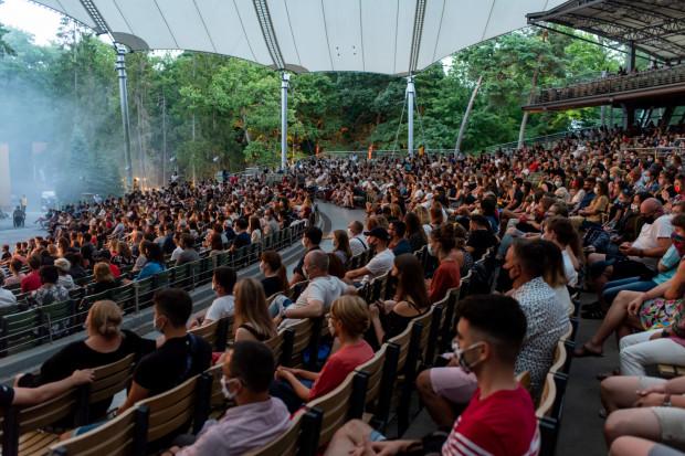 Jeśli na przeszkodzie nie staną rządowe obostrzenia, czeka nas intensywne koncertowe lato w Operze Leśnej.
