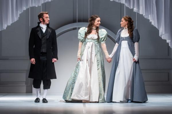 """""""Rozważna i romantyczna"""" wiernie i z wdziękiem przybliża losy dwóch sióstr - Marianny i Eleonory - oraz ich miłosne rozterki. Spektakl można oglądać w Teatrze Miejskim w Gdyni."""
