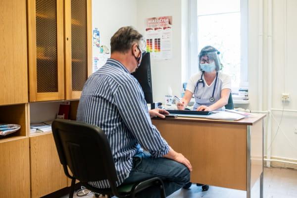 Lekarze pracują z zachowaniem wszelkich zasad bezpieczeństwa.