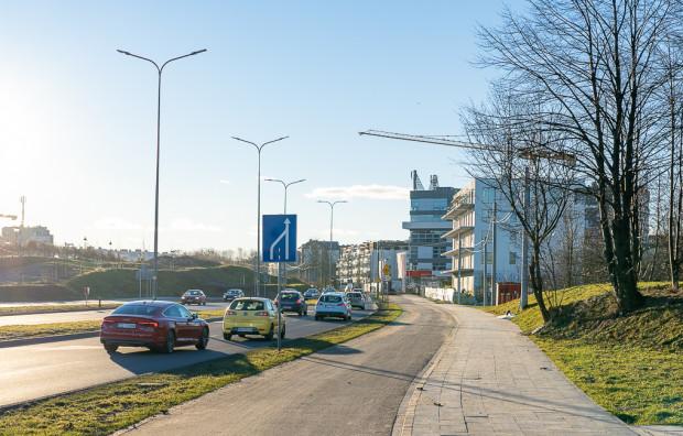 Początek ul. Jabłoniowej i zwężenie za skrzyżowaniem z al. Adamowicza. W ramach inwestycji przewiduje się dobudowę drugiej jezdni w tym miejscu.