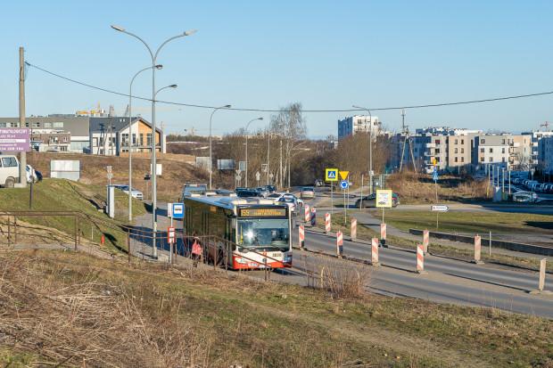 Budowa ul. Nowej Jabłoniowej z punktu widzenia kierowców aut niewiele zmieni. Droga będzie nadal posiadała po jednym pasie ruchu w każdym kierunku. Powstaną natomiast pasy dla autobusów.
