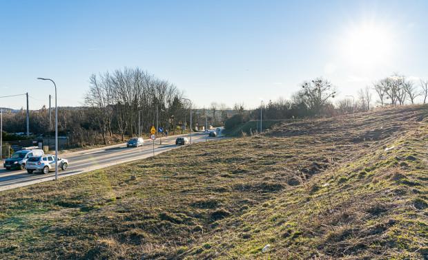 Za przystankiem autobusowym Leszczynowa ul. Nowa Jabłoniowa będzie poprowadzona w śladzie ul. Potęgowskiej ułożonej z płyt betonowych.