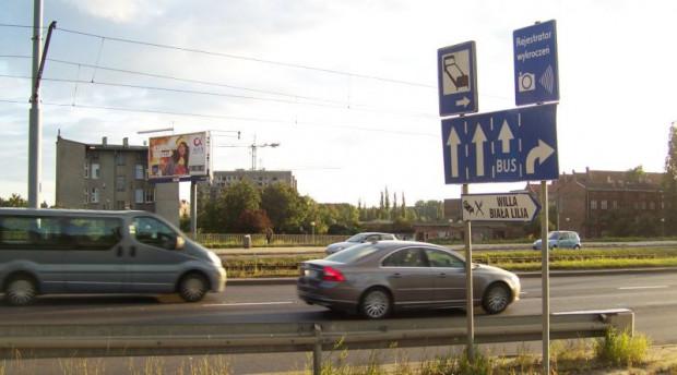 Ul. Podwale Przedmiejskie w Gdańsku - nitka w kierunku ul. Okopowej. 10 lat temu znajdował się tu znak informujący o rejestratorze wykroczeń umieszczonym przy drodze.