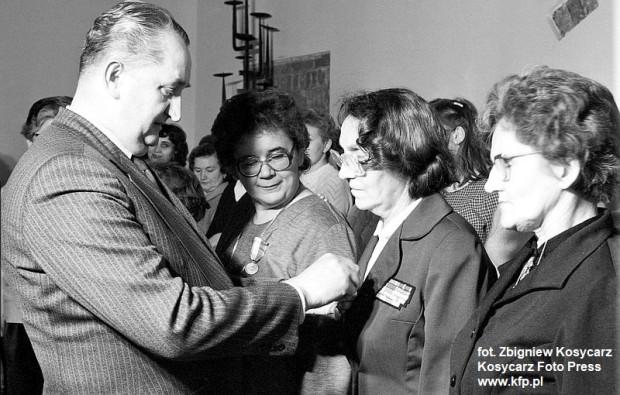 1985 r. Odznaczenia z okazji Dnia Kobiet wręcza I sekretarz Komitetu Wojewódzkiego PZPR w Gdańsku Stanisław Bejger.