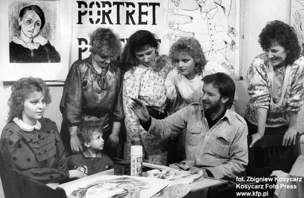 1988 r. Z okazji Dnia Kobiet w klubie Rudy Kot w Gdańsku artysta Ireneusz Bieliński wykonywał na życzenie pań pastelowe szkice portretowe. Chętnych nie brakowało.