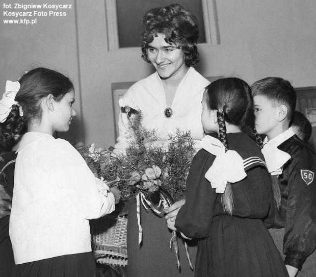 8.03.1961 r. Kwiaty dla wychowawczyni z okazji Dnia Kobiet od uczniów Szkoły Podstawowej nr 50 w Gdańsku.