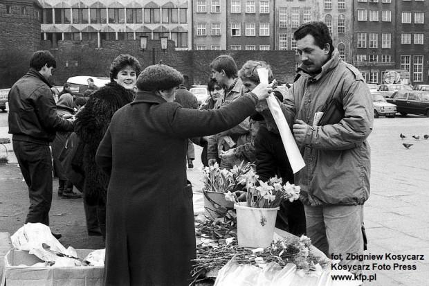 8.03.1989 r. Sprzedaż kwiatów z kamiennych ław na Targu Węglowym w Gdańsku z okazji Dnia Kobiet.