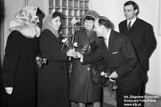 8.03.1966 r. W dniu Święta Kobiet panowie z Gdańskiego Przedsiębiorstwa Budowlanego witają kwiatami swoje koleżanki. Pierwszą wiązankę otrzymała Janina Janukiewicz.