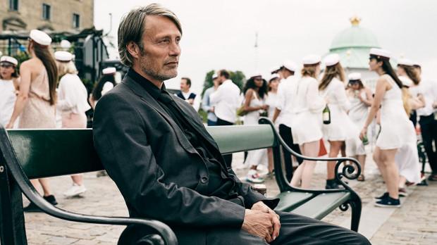 """Kreacje Madsa Mikkelsena na długo po seansie zapadają w pamięć. Aktora w dwóch doskonałych rolach będzie można oglądać w ramach wydarzenia """"Double Mads"""", organizowanego przez Klub Filmowy w Gdyni."""