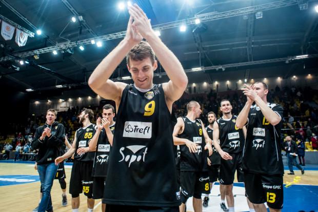 Jakub Karolak (na pierwszym planie) zapewnił wygraną Treflowi Sopot w koszykarskich derbach Trójmiasta. Kibice na długo zapamiętają jego zwycięski rzut w ostatniej sekundzie meczu w Gdynia Arenie.
