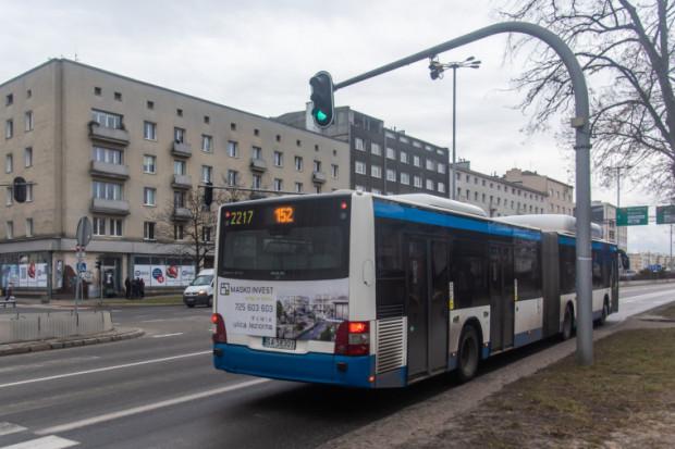Kamera rejestruje kierowców jadących buspasem.