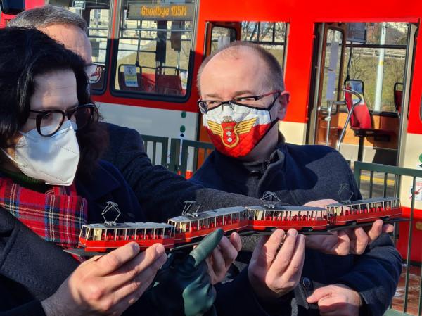 Miłośnicy komunikacji z Pomorskiego Stowarzyszenia Sympatyków Transportu Miejskiego przekazali władzom Gdańska miniaturowy model Konstala 105Na. Po lewej Aleksandra Dulkiewicz, z prawej - Maciej Lisicki.