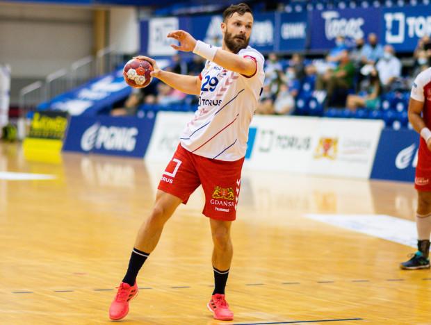Mateusz Wróbel motywuje swoich kolegów przed sobotnim spotkaniem. Torus Wybrzeże Gdańsk wciąż czeka na pierwsze zwycięstwo w tym roku.