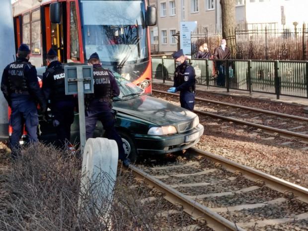 W wyniku zderzenia kierowca został zakleszczony w pojeździe.