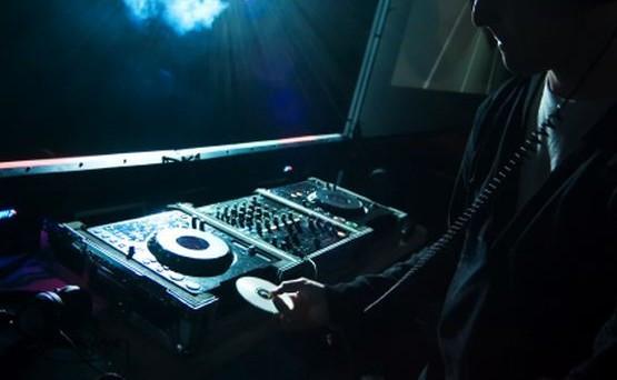 Podczas imprezy odtwarzano także muzykę bez wymaganych umów i licencji.