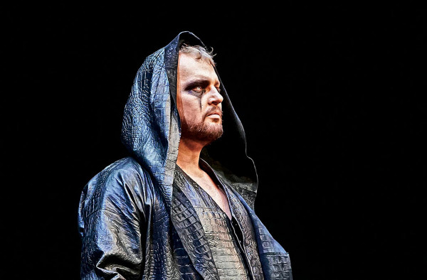 """Tomasz Konieczny (bas-baryton) jest zaliczany do grona największych artystów światowych scen operowych. W przeszłości grywał też w filmach fabularnych, serialach, a okazjonalnie reżyseruje spektakle (na zdj. w """"Walkirii"""" Ryszarda Wagnera na deskach Opery Wiedeńskiej)."""