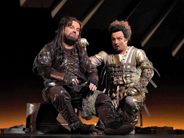 """Tomasz Konieczny (Alberich) i Norbert Ernst (Loge) w """"Złocie Renu"""" (Metropolitan Opera)."""