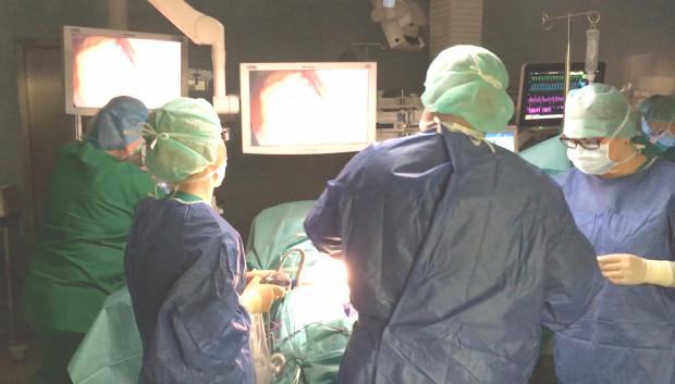 """""""Operacje bariatryczne, choć wykonywane z dostępu laparoskopowego, należą do największych operacji wykonywanych na przewodzie pokarmowym i ze względu na dużą masę ciała pacjentów nie należą do łatwych""""."""