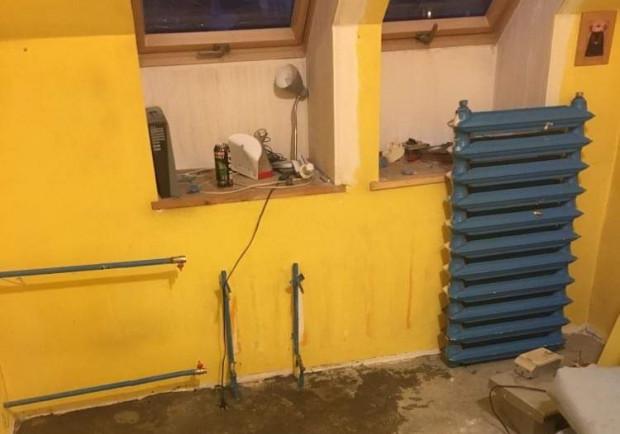 W mieszkaniu, w którym żyje pan Zbigniew nagle pojawiła się ekipa remontowa. Mimo ujemnych temperatur na zewnątrz wybito okna i zdemontowano kaloryfery.