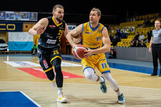 Paweł Leończyk (z lewej) może rozegrać mecz nr 500 w krajowej elicie. Na zdjęciu koszykarz Trefla Sopot w pojedynku z Bartłomiejem Wołoszynem z Asseco Arki Gdynia.