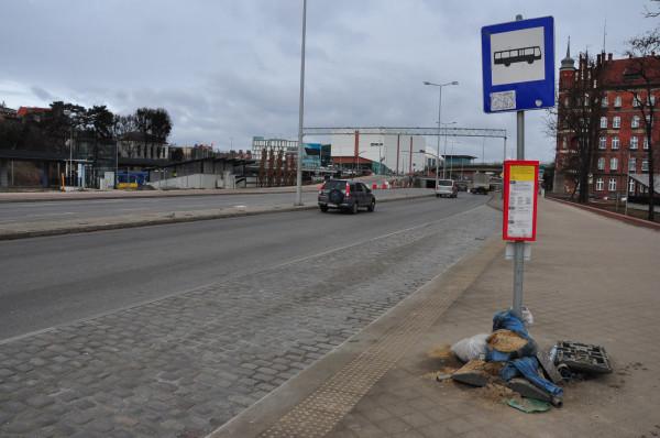 Przystanek przy Toruńskiej, na którym wysiadają pasażerowie autobusów z południa Gdańska i Pruszcza Gdańskiego to słupek podparty workami z piaskiem.