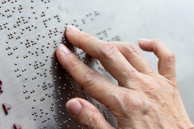 Zapis alfabetem Braille'a pozwala osobom niewidomym na sprawne czytanie.