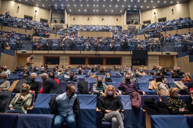 """""""Pełna"""" widownia Teatru Muzycznego w reżimie sanitarnym - na co drugie miejsce założony został pokrowiec, przez co dystans dzielił nawet tych widzów, którzy przyszli na koncert razem."""
