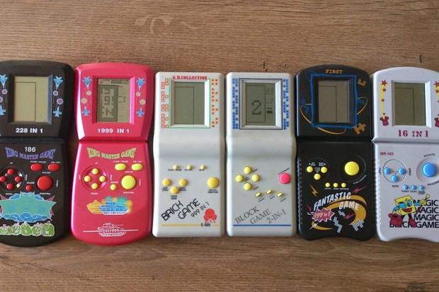 Brick Game, prostokątna, przenośna konsola, jako pierwsza w Polsce oferowała możliwość grania w różne gry.