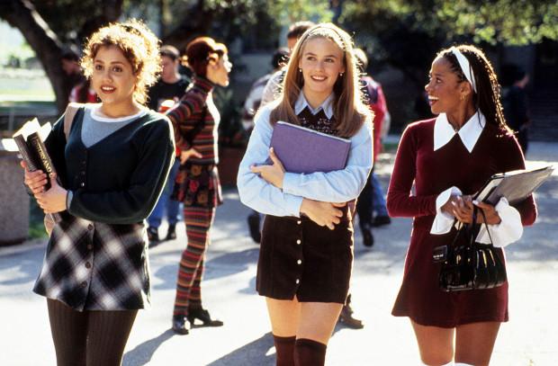 """Bohaterki filmu """"Słodkie zmartwienia"""" miały garderobę marzeń lat 90.: spódniczki mini, zakolanówki i mnóstwo aksamitnych opasek i gumek do włosów."""