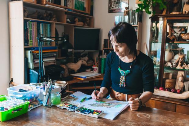 Agata Półtorak w swojej pracowni tworzy ilustracje do nowej książki.