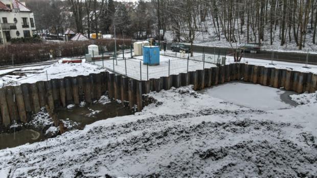 Na budowie wykonano już ścianki szczelne oraz komory z grodzic stalowych.