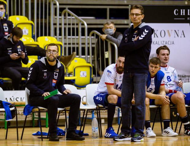 Dotychczasowy asystent Mariusz Jurkiewicz (z lewej) zastąpi Krzysztofa Kisiela (z prawej) w roli trenera piłkarzy ręcznych Torus Wybrzeże Gdańsk.