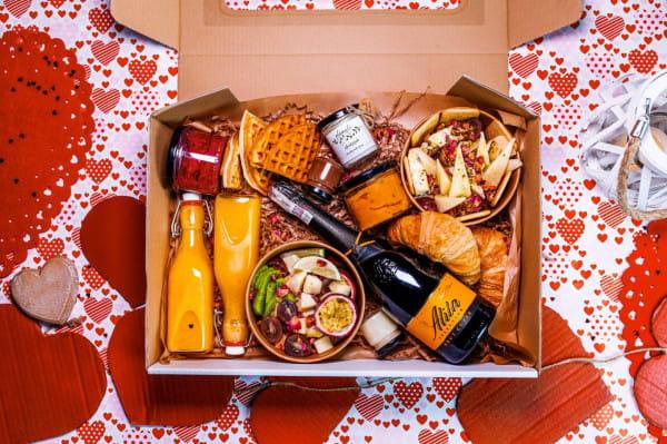 Restauracje wykorzystują nadarzające się święta i okazje, aby przygotowywać specjalne oferty. Na zdjęciu: boks walentynkowy stworzony przez Marmoladę chleb i kawę.