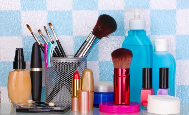 Odpowiednio przechowywane kosmetyki pielęgnacyjne i kolorowe dłużej zachowują swoje właściwości i nie wyrządzą nam krzywdy.