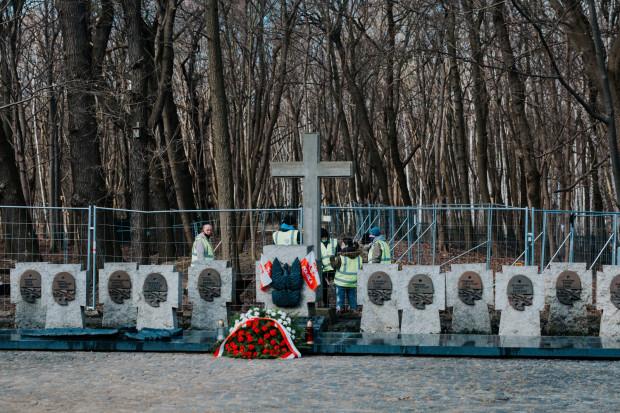 Elementy architektoniczne obecnego cmentarza, w tym krzyż kapitana Dąbrowskiego, zostaną zachowane i znajdą się w przyszłej przestrzeni muzealnej.