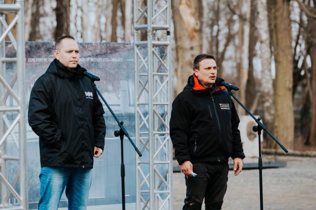 Konferencja prasowa na Westerplatte. Dr Karol Nawrocki, dyrektor Muzeum II Wojny Światowej w Gdańsku, oraz Filip Kuczma, kierownik prac archeologicznych na Westerplatte.