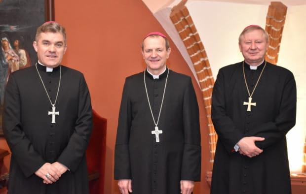 Abp Tadeusz Wojda (w środku) jest już w Gdańsku. Spotkał się z biskupami pomocniczymi - bp. Wiesławem Szlachetką (z prawej) i bp. Zbigniewem Zielińskim ( z lewej).