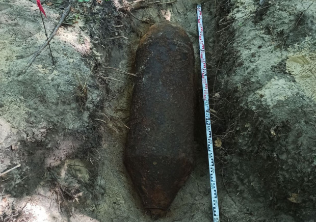 Półtonowa bomba lotnicza zalegała zaledwie ok. 30 cm pod powierzchnią gruntu.